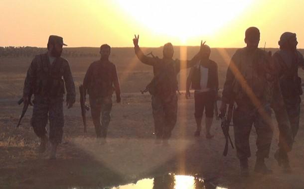 قبائل عربية تقتحم مقرات الميليشيات الموالية للجيش الأمريكي و تأسر عناصرها