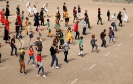 أغنية إفريقية تلهم الناس حول العالم بأن ينفضوا أحزانهم بسبب كوفيد-19