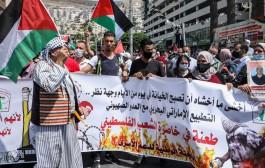 الفلسطينيين يتظاهرون في المسجد الأقصى رفضا للتطبيع مع إسرائيل