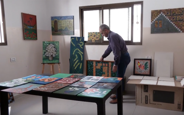 زوجان يعيدان تدوير المخلفات الورقية و تحويلها إلى لوحات فنية